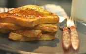 Bữa sáng với bánh mỳ chiên kiểu Pháp rưới mật ong