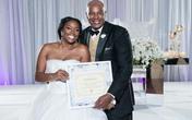 Cô dâu khoe giấy chứng nhận còn trinh trong ngày cưới