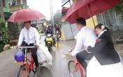 Bật khóc vì chú rể rước dâu bằng xe đạp giữa trời mưa