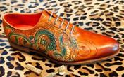 Chàng trai Việt làm giày bespoke tại Canada