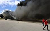 Hình ảnh kinh hoàng máy bay bốc cháy dữ dội khi chờ cất cánh