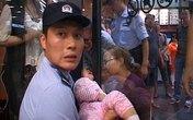 Sốc: Thót tim giải cứu bé gái 2 tuổi bị kẹt đầu trong cánh cửa kính