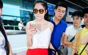Thuỷ Tiên mặc sành điệu với mốt áo ngủ hai dây ở sân bay