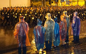 Bất chấp mưa lớn, người Hà Nội vẫn đứng xem tổng duyệt diễu binh mừng Quốc khánh