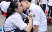 Những màn 'khóa môi' tạm biệt tuổi học trò