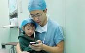 Bác sĩ đẹp trai dỗ dành bé gái trước ca mổ gây bão mạng