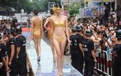 Người mẫu Trung Quốc mặc nội y bằng vàng lên sàn catwalk gây sốc