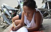 Ảnh cậu bé nghèo học bên vệ đường lay động trái tim triệu người