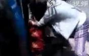 Con gái lao vào đánh chửi mẹ ruột thậm tệ ngoài đường