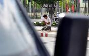 Thanh niên quỳ lạy liên tục dưới trời nắng xin tiền