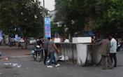 Hà Nội: Cổng chào đổ sập đè trúng 2 vợ chồng