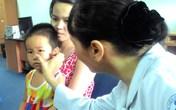 Bé 4 tuổi ngã võng bị kim đâm trúng hốc mắt