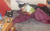 Xót lòng bé 5 tuổi bị bỏ mặc trong ngôi nhà ngập rác