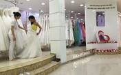 Việt Trinh bị bắt gặp thử váy cưới và bụng to bất thường