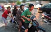 Đường ngập như sông, giao thông hỗn loạn sau cơn mưa ở Sài Gòn