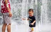 """Các em nhỏ thích thú """"giải nhiệt"""" ở đài phun nước mát lạnh"""