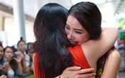 Phạm Hương bật khóc trong vòng tay mẹ ở sân bay