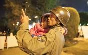 Cảm động người đàn ông trông xe ôm đứa trẻ bị lạc trong đêm lạnh