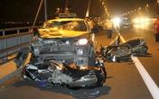 Taxi đâm hàng loạt xe máy dừng đỗ trên cầu Nhật Tân