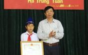 Bộ trưởng tặng bằng khen cho học sinh trả lại 20 triệu đồng nhặt được