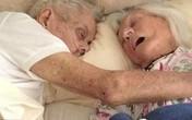 Xúc động cặp vợ chồng ôm nhau qua đời sau 75 năm chung sống