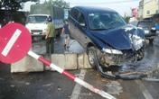 Bị xe tải đâm bay lên dải phân cách, 5 người may mắn thoát nạn