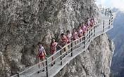 Mỹ nhân toát mồ hôi diện bikini tạo dáng trên vách núi cao 2000m