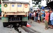 Cảnh sát cứu hộ đưa thi thể cụ ông khỏi gầm xe ben