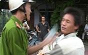Hà Nội: Dân vây kín ô tô của trung úy Công an vì đánh người