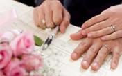 Cha ký vào giấy chứng nhận kết hôn giùm con