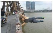 Chàng trai đu mình trên thành cầu Long Biên gây xôn xao
