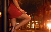 Gái mại dâm lao vào ôm ấp để móc túi ở giữa đường