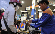 Giá xăng giảm gần 600 đồng/lít từ 15h
