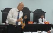 """Coca Cola Việt Nam bị kiện: """"Rợn người"""" xem sản phẩm được mở dễ dàng, bỏ dị vật ngay tại tòa"""