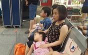 Cảnh trẻ em vạ vật ở sân bay do bị hoãn chuyến liên tiếp