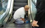 Bé 4 tuổi bị kẹt chân vào thang cuốn trong trung tâm thương mại