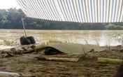 Chồng nhảy xuống sông cứu vợ, cả hai cùng bị nước cuốn trôi