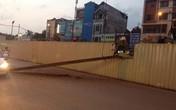 Hà Nội: Người dân hú vía vì thanh sắt 5 tấn rơi xuống giữa đường