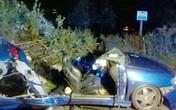 Tai nạn kinh hoàng, ô tô vỡ đôi, người kẹt cứng