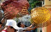 Sài Gòn: Chầu chực tranh cướp tiền cúng cô hồn bằng lồng gà