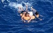 Giây phút ám ảnh kinh hoàng của hai thuyền viên trôi giạt suốt 13 giờ trên biển