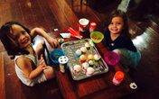 Cặp song sinh của Hồng Nhung tập làm bánh cực yêu