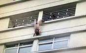 Chồng khỏa thân treo mình giữa ban công vì bị vợ bỏ