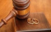 Người phụ nữ từ chối biệt thự, đem dao đến tòa giữ chồng
