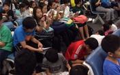 Ngưỡng mộ cả trăm học sinh Nhật Bản đọc sách khi chờ lên máy bay