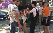 Vợ đánh ghen giữa phố, chồng lao vào cứu bồ