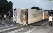 Xe giường nằm lật ngửa, dân phá cửa cứu hành khách