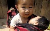 Hình ảnh cậu bé nghèo địu em làm lay động trái tim cư dân mạng