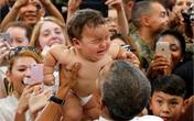 Em bé đang khóc qua tay Obama bỗng nín bặt