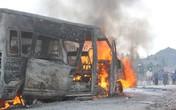 Bình cứu hỏa mini bất lực, xe 16 chỗ cháy trơ khung